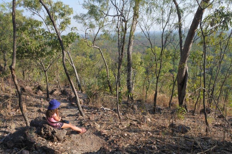 Κορίτσι που στην εθνική Αυστραλία Βόρεια Περιοχών πάρκων Litchfield στοκ εικόνες