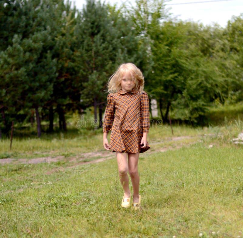 Κορίτσι που στηρίζεται σε μια θερινή ημέρα στοκ φωτογραφία με δικαίωμα ελεύθερης χρήσης