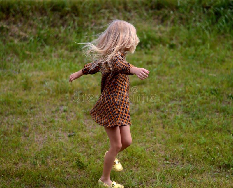 Κορίτσι που στηρίζεται σε μια θερινή ημέρα στοκ εικόνα με δικαίωμα ελεύθερης χρήσης