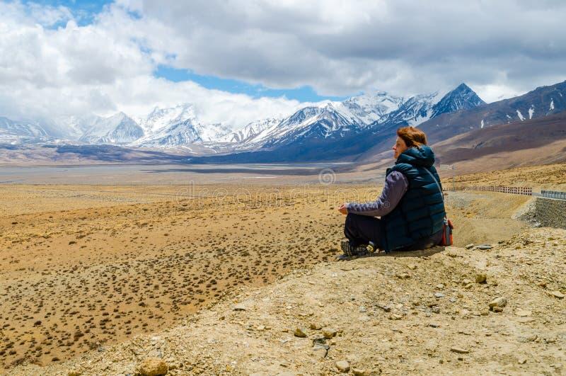 Κορίτσι που στηρίζεται στο θιβετιανό οροπέδιο στοκ φωτογραφία με δικαίωμα ελεύθερης χρήσης