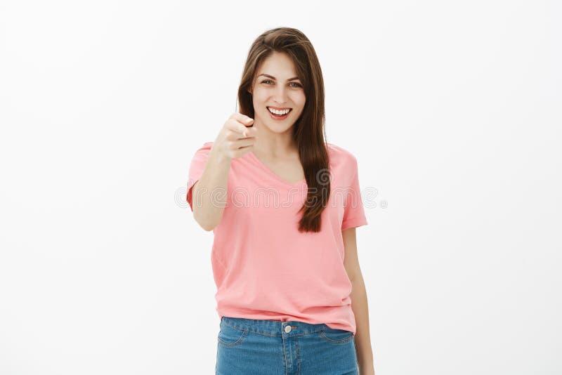 Κορίτσι που συγχαίρει το φίλο με την επιτυχή διαπραγμάτευση, που είναι υπερήφανη της Γοητεία της παρακαλεσμένης γυναίκας στην περ στοκ εικόνες
