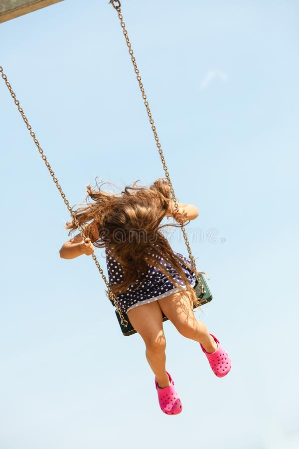 Κορίτσι που ταλαντεύεται στο ταλάντευση-σύνολο στοκ φωτογραφία