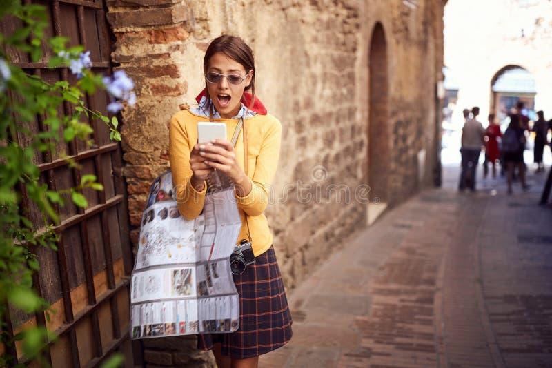 Κορίτσι που ταξιδεύει μόνο με το χάρτη και κινητό στις διακοπές στοκ εικόνα με δικαίωμα ελεύθερης χρήσης