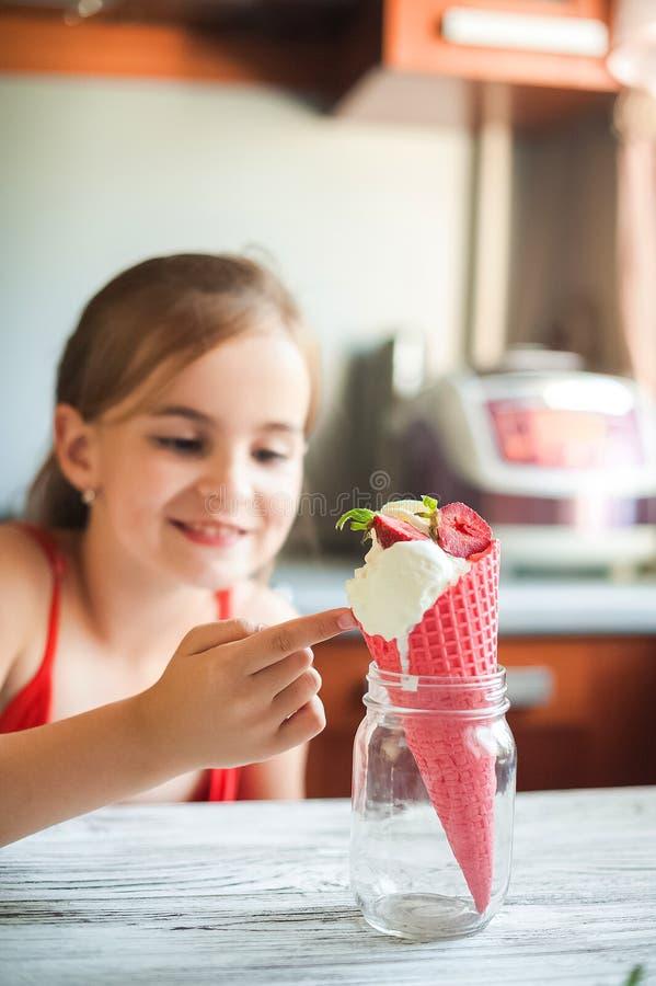 Κορίτσι που τρώει τις σφαίρες του άσπρου παγωτού σε ένα ρόδινο διάστημα κινηματογραφήσεων σε πρώτο πλάνο και αντιγράφων κώνων βαφ στοκ φωτογραφία με δικαίωμα ελεύθερης χρήσης
