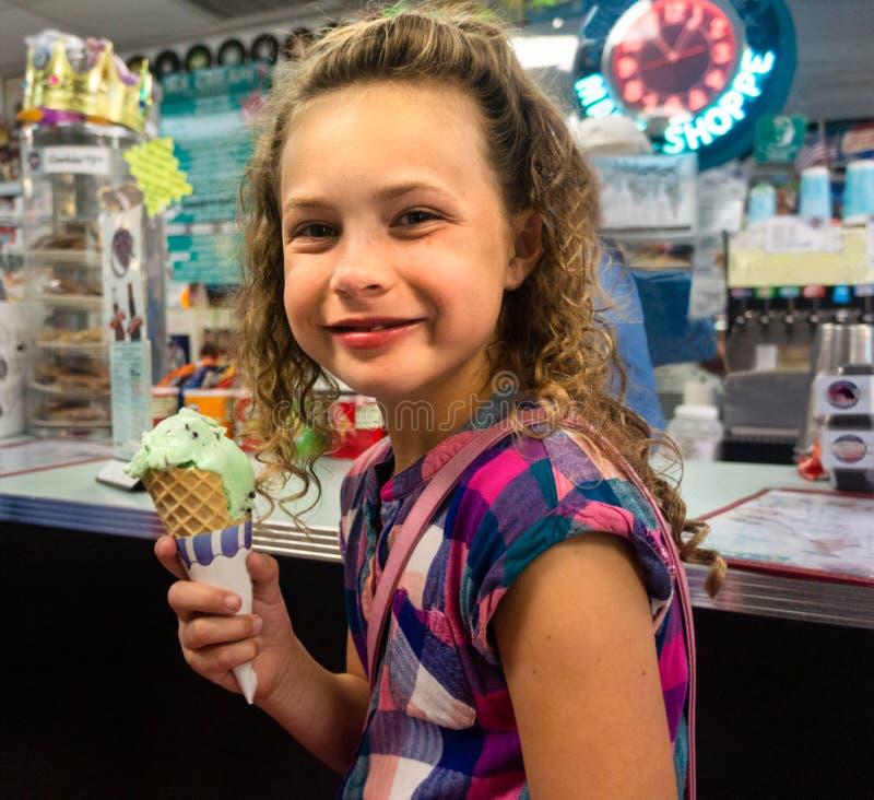 Κορίτσι που τρώει το παγωτό στοκ φωτογραφία
