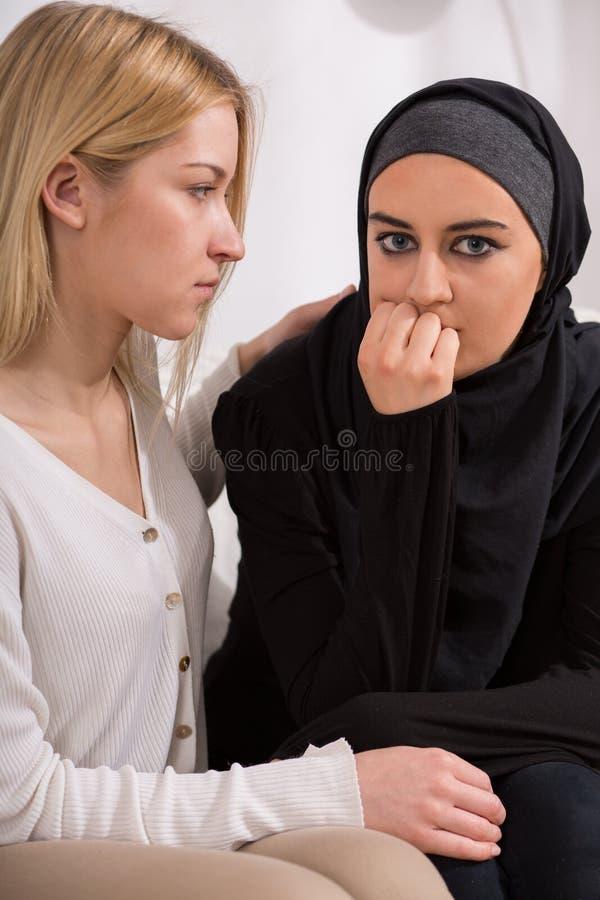 Κορίτσι που υποστηρίζει την αραβική γυναίκα στοκ εικόνα με δικαίωμα ελεύθερης χρήσης