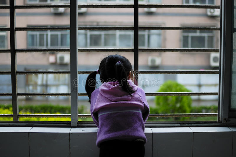 κορίτσι που φαίνεται έξω παράθυρο στοκ φωτογραφία