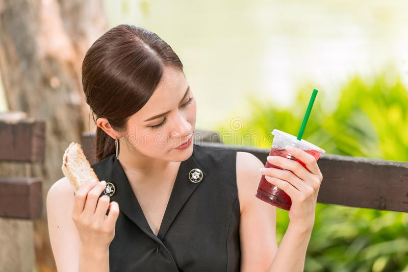 Κορίτσι που φαίνεται αισθαμένος ύποπτος για την αποσύνθεση τροφίμων ή το παράξενο γούστο στοκ φωτογραφίες