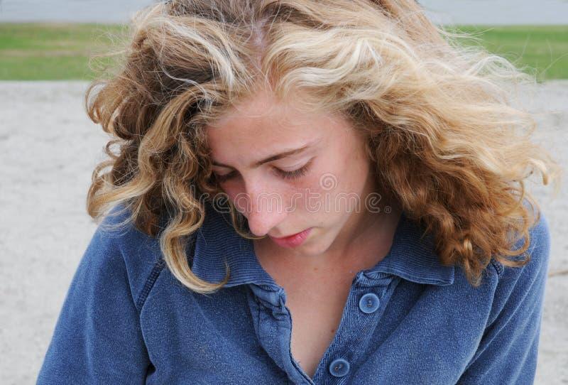 κορίτσι που φαίνεται αρκ&e στοκ φωτογραφίες