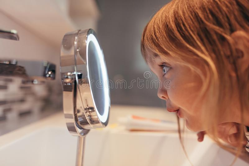 κορίτσι που φαίνεται καθ στοκ φωτογραφία