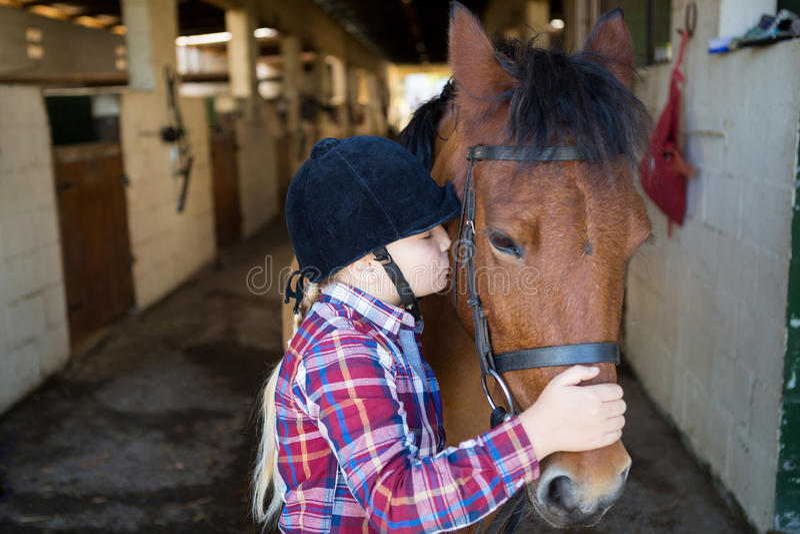 Κορίτσι που φιλά το άλογο στοκ φωτογραφίες με δικαίωμα ελεύθερης χρήσης