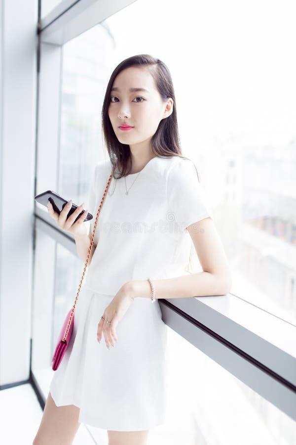 Download Κορίτσι που φορά ένα άσπρο φόρεμα Στοκ Εικόνες - εικόνα από bahama, κορίτσι: 62706836