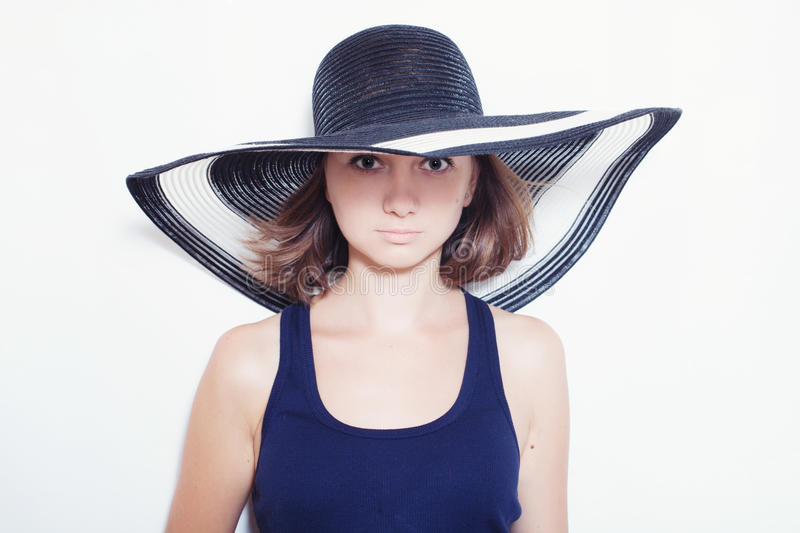 Κορίτσι που φορά ένα θερινό καπέλο στοκ εικόνες με δικαίωμα ελεύθερης χρήσης