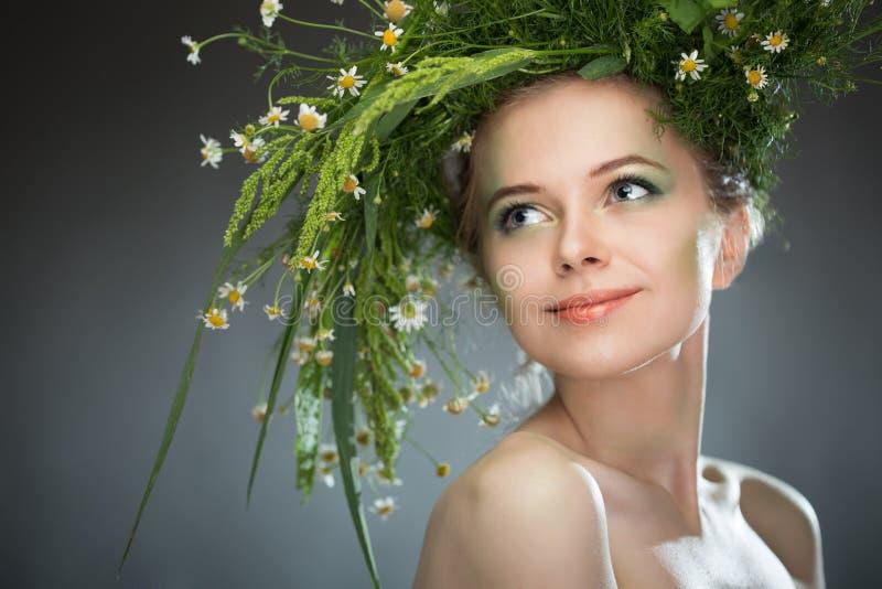 Κορίτσι που φορά ένα στεφάνι των wildflowers στοκ φωτογραφίες με δικαίωμα ελεύθερης χρήσης