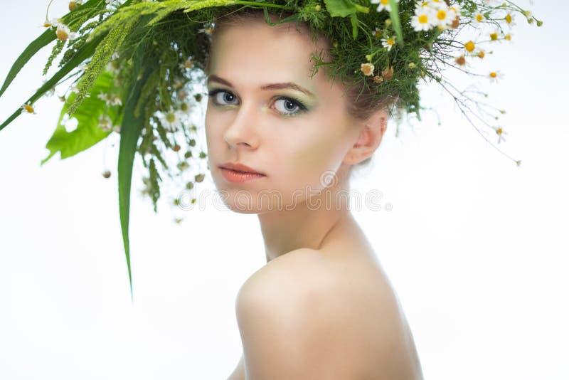 Κορίτσι που φορά ένα στεφάνι των wildflowers στοκ φωτογραφία με δικαίωμα ελεύθερης χρήσης