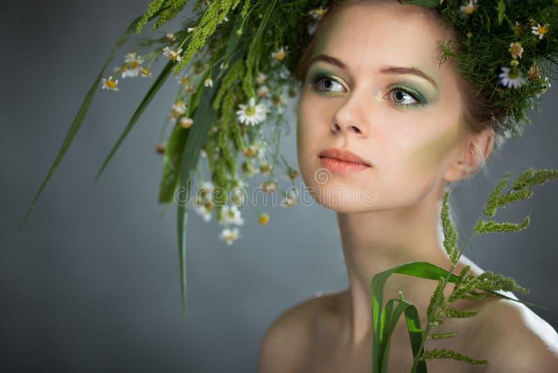 Κορίτσι που φορά ένα στεφάνι των wildflowers στοκ φωτογραφίες