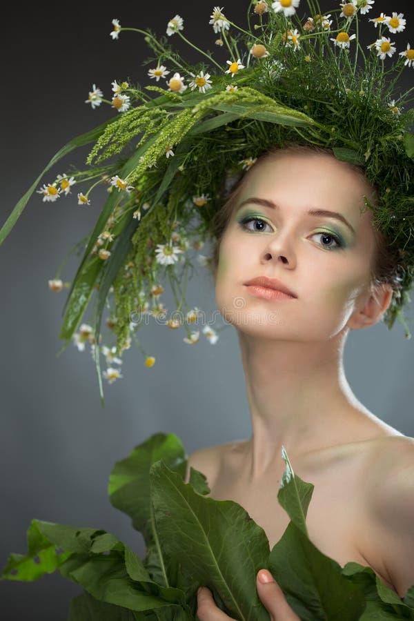 Κορίτσι που φορά ένα στεφάνι των wildflowers στοκ εικόνες