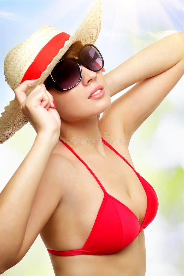 Κορίτσι που φορά τα γυαλιά ηλίου σε μια ελαφριά ανασκόπηση στοκ εικόνα με δικαίωμα ελεύθερης χρήσης