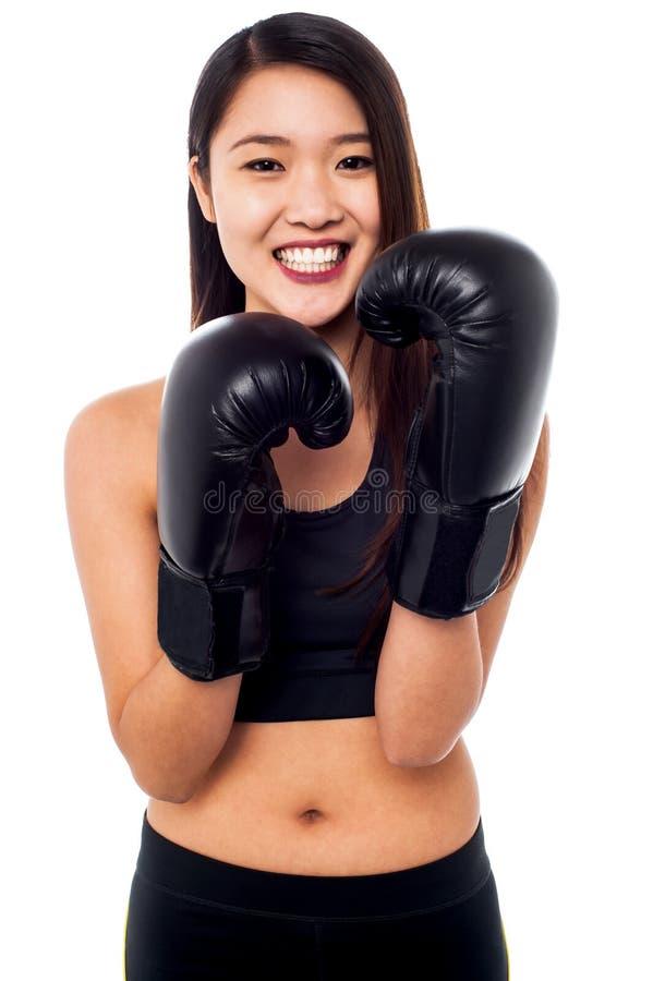 Κορίτσι που φορά τα ελαφριά εγκιβωτίζοντας γάντια στοκ φωτογραφία με δικαίωμα ελεύθερης χρήσης