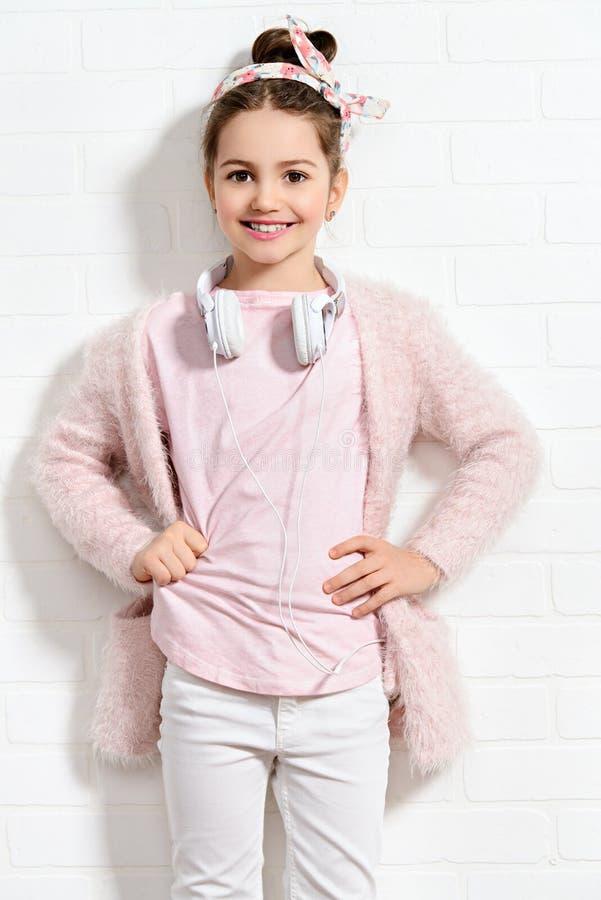 Κορίτσι που φορά τα σύγχρονα ενδύματα στοκ φωτογραφία