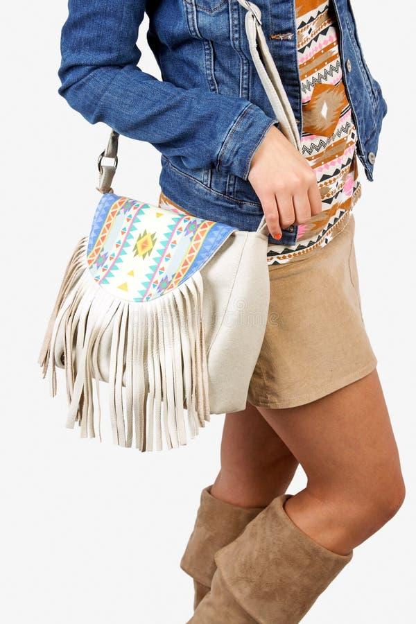 Κορίτσι που φορά το σύγχρονο πορτοφόλι στοκ εικόνα
