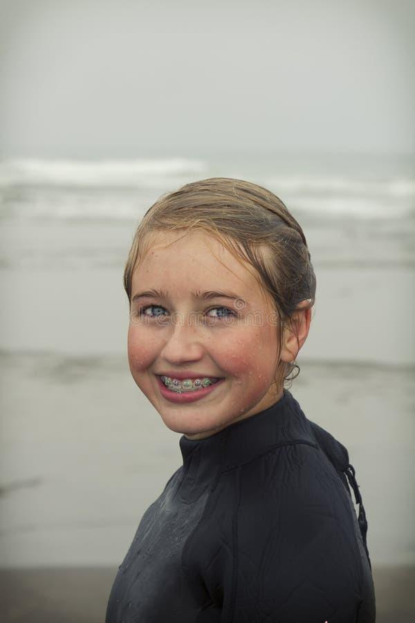Κορίτσι που φορά το υγρό κοστούμι στην παραλία Όρεγκον Rockaway στοκ εικόνες