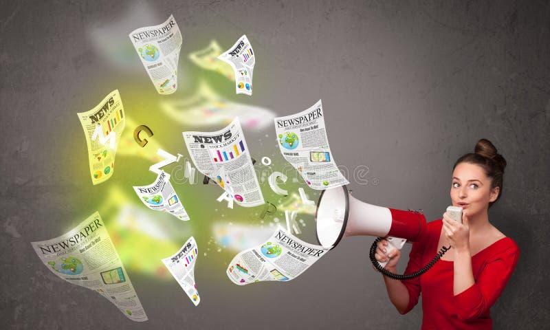 Κορίτσι που φωνάζει στο μεγάφωνο και τη μύγα εφημερίδων έξω στοκ εικόνες