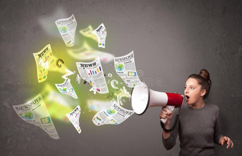 Κορίτσι που φωνάζει στο μεγάφωνο και τη μύγα εφημερίδων έξω στοκ φωτογραφίες με δικαίωμα ελεύθερης χρήσης