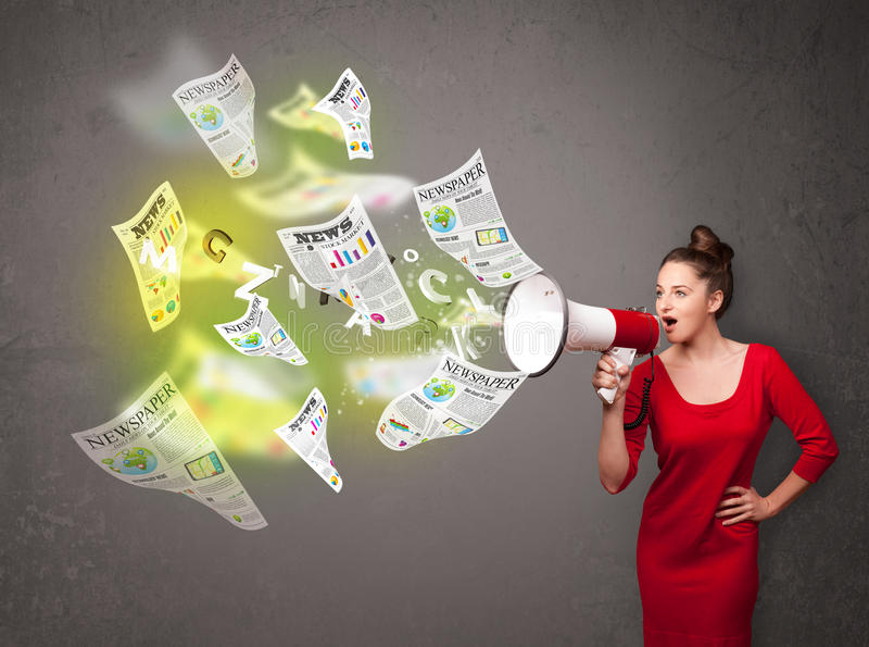 Κορίτσι που φωνάζει στο μεγάφωνο και τη μύγα εφημερίδων έξω στοκ εικόνες με δικαίωμα ελεύθερης χρήσης