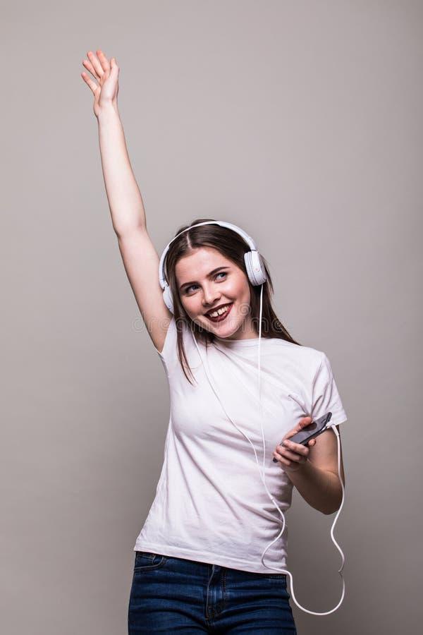 Κορίτσι που χορεύει και που ακούει τη μουσική στοκ φωτογραφίες με δικαίωμα ελεύθερης χρήσης