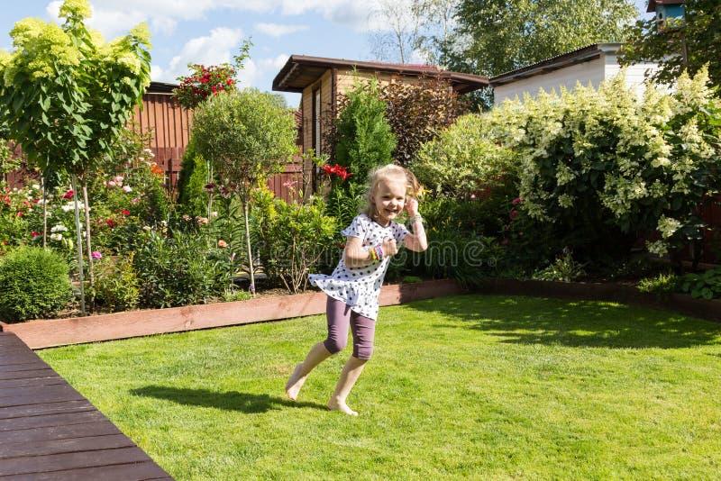 Κορίτσι που χορεύει στον όμορφο ανθίζοντας κήπο στοκ φωτογραφία με δικαίωμα ελεύθερης χρήσης