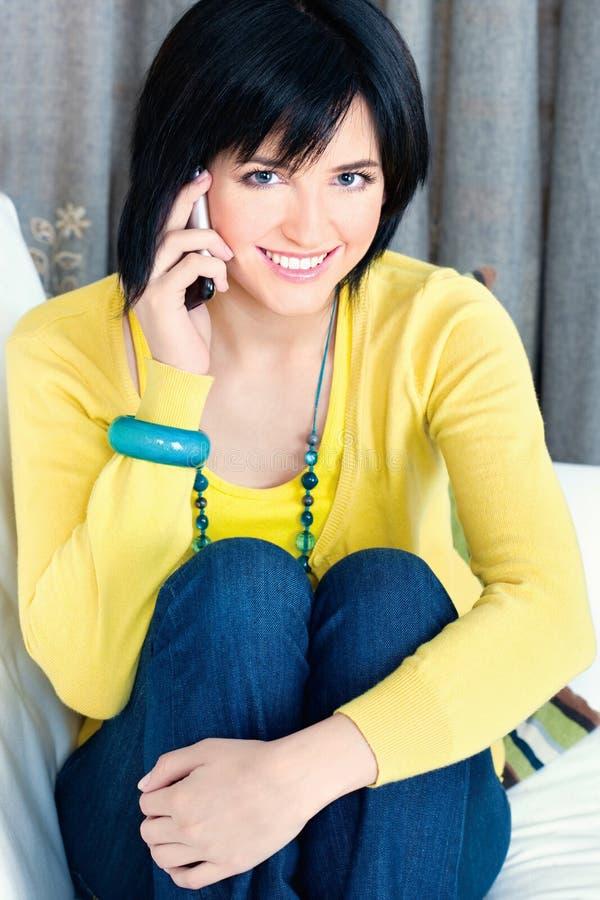 Κορίτσι που χρησιμοποιεί το κινητό τηλέφωνο στοκ φωτογραφία