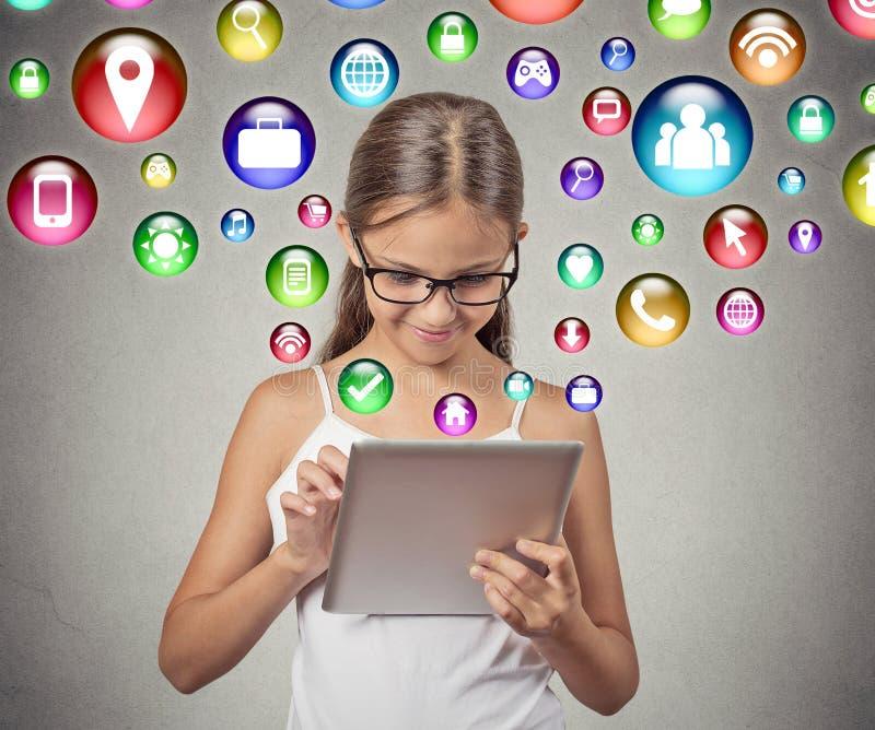 Κορίτσι που χρησιμοποιεί το παίζοντας παιχνίδι υπολογιστών μαξιλαριών στοκ εικόνα με δικαίωμα ελεύθερης χρήσης