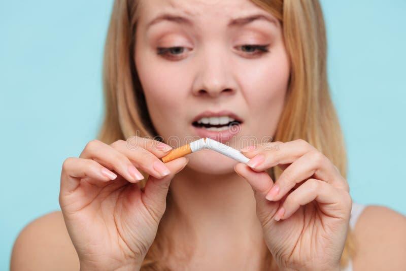 Κορίτσι που χωρίζει με το τσιγάρο στοκ εικόνες
