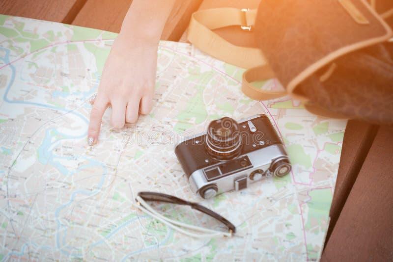Κορίτσι που ψάχνει το δρόμο στοκ φωτογραφία με δικαίωμα ελεύθερης χρήσης