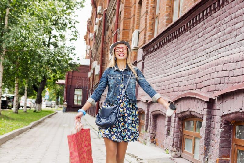 Κορίτσι που ψωνίζει ενώ ταξίδι στοκ φωτογραφίες