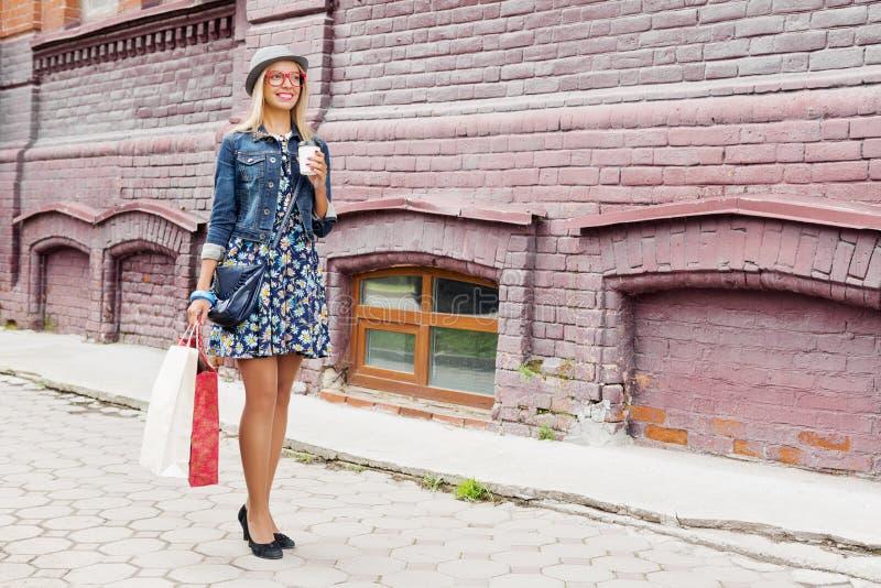 Κορίτσι που ψωνίζει ενώ ταξίδι στοκ φωτογραφία