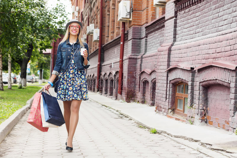 Κορίτσι που ψωνίζει ενώ ταξίδι στοκ φωτογραφία με δικαίωμα ελεύθερης χρήσης