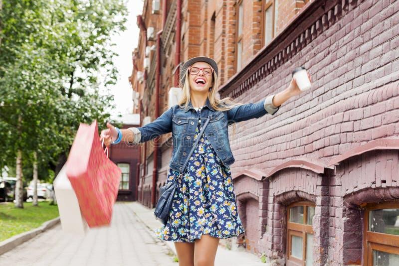 Κορίτσι που ψωνίζει ενώ ταξίδι στοκ εικόνες