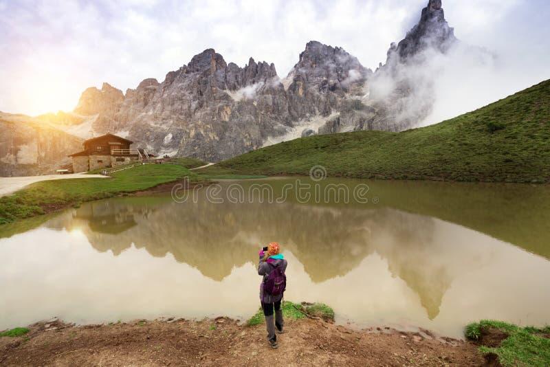 Κορίτσι σε έναν βράχο στοκ φωτογραφίες
