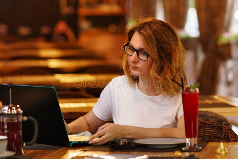 Κορίτσι σε έναν καφέ στοκ φωτογραφία