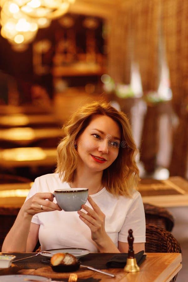 Κορίτσι σε έναν καφέ στοκ φωτογραφία με δικαίωμα ελεύθερης χρήσης