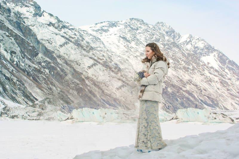 Κορίτσι σε έναν παγετώνα και χιόνι στην Αλάσκα στοκ φωτογραφία