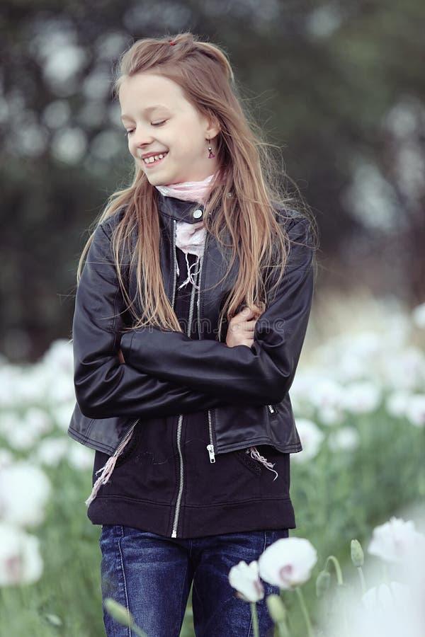 Κορίτσι σε έναν τομέα των άσπρων παπαρουνών στοκ εικόνες με δικαίωμα ελεύθερης χρήσης