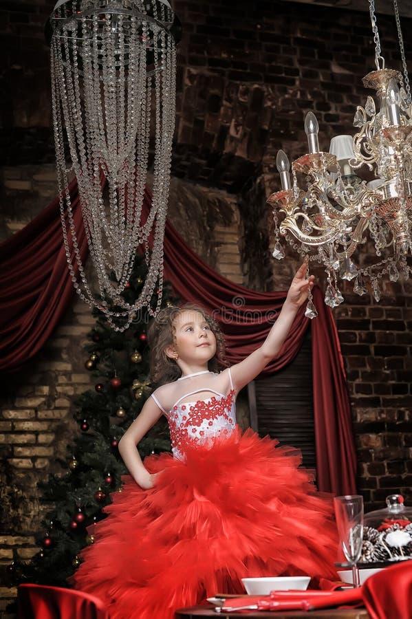 Κορίτσι σε ένα έξυπνο κόκκινο φόρεμα στοκ φωτογραφίες με δικαίωμα ελεύθερης χρήσης