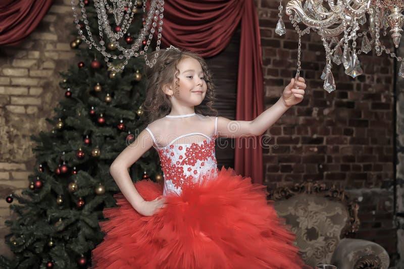 Κορίτσι σε ένα έξυπνο κόκκινο φόρεμα στοκ φωτογραφία με δικαίωμα ελεύθερης χρήσης