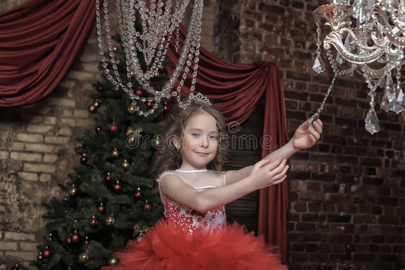 Κορίτσι σε ένα έξυπνο κόκκινο φόρεμα στοκ φωτογραφίες