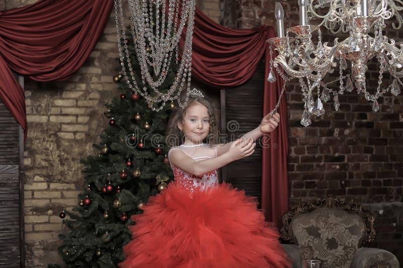 Κορίτσι σε ένα έξυπνο κόκκινο φόρεμα στοκ εικόνα