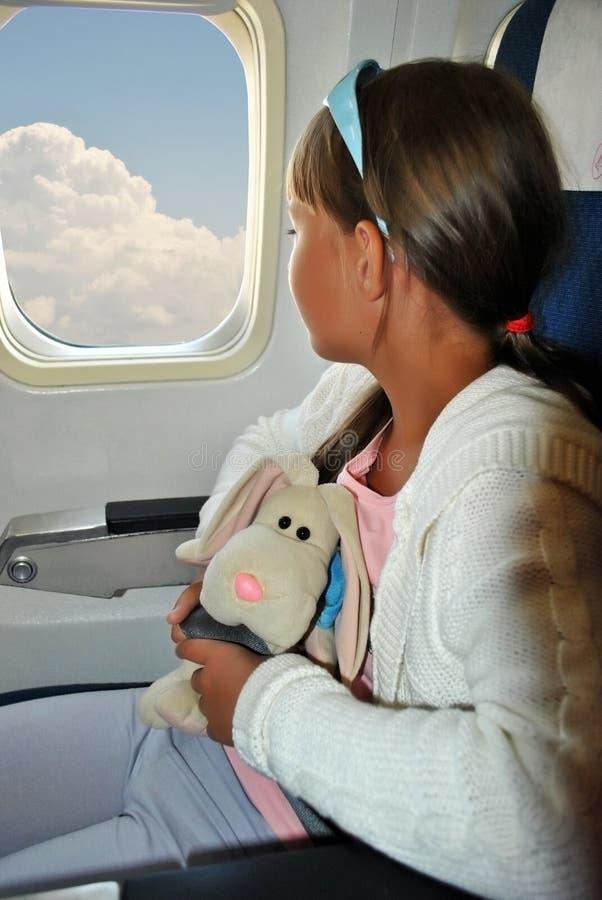 Κορίτσι σε ένα αεροπλάνο στοκ φωτογραφίες με δικαίωμα ελεύθερης χρήσης