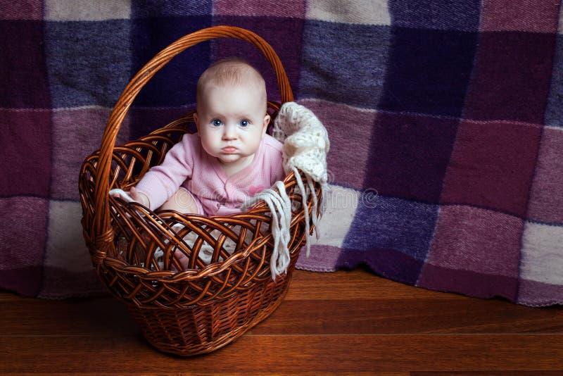 Κορίτσι σε ένα καλάθι στοκ φωτογραφία